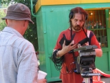 звукоооператор Александр Имайкин проверяет аппаратуру перед съемкой